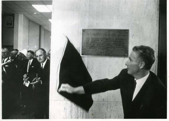 George Viereck unveiling a plaque at the dedication of the Co-operative Insurance Services head office building, July 1964